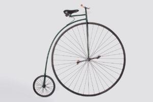 bicicleta antigua de rueda alta