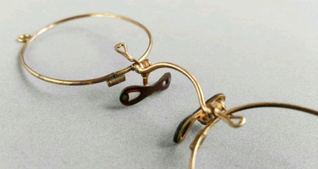 gafas antiguas sin patillas
